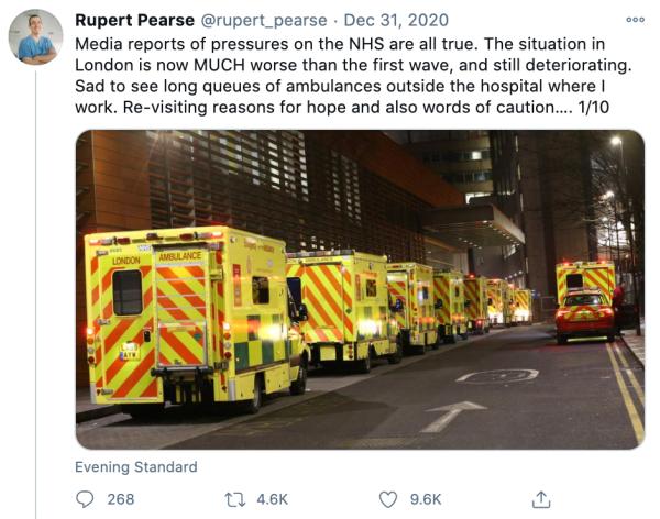 Ambulancias haciendo cola en la puerta de un hospital londinense saturado
